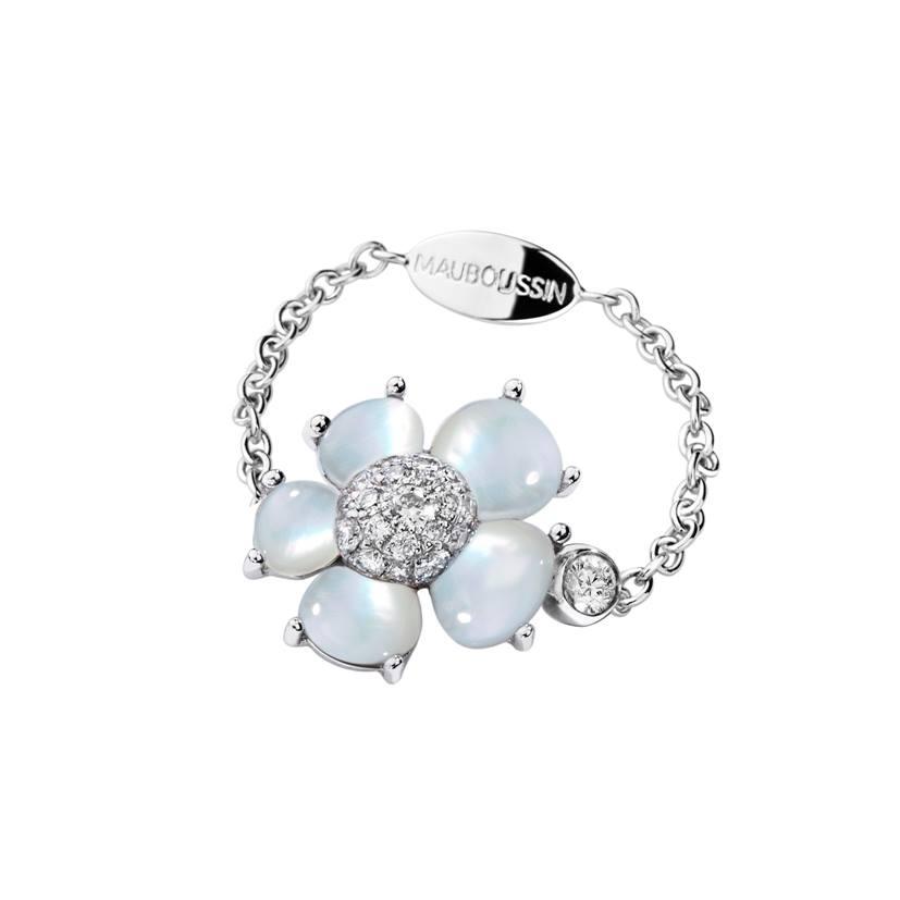 Bague minuscule sur chaîne or blanc, diamants, nacre blanche